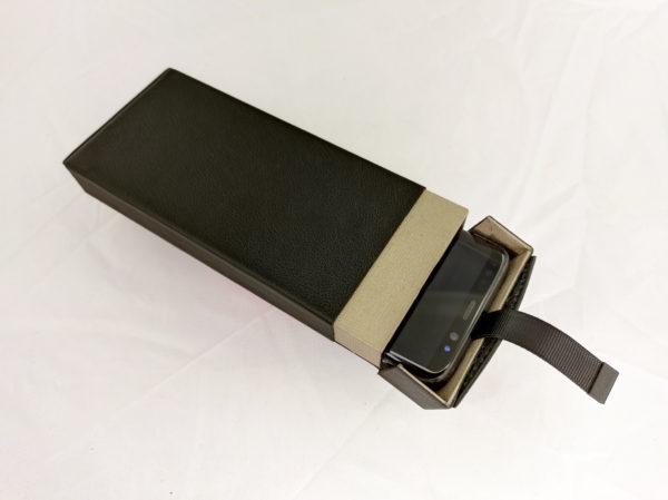 Кожаные чехлы защищают смартфоны от прослушки и отслеживания.